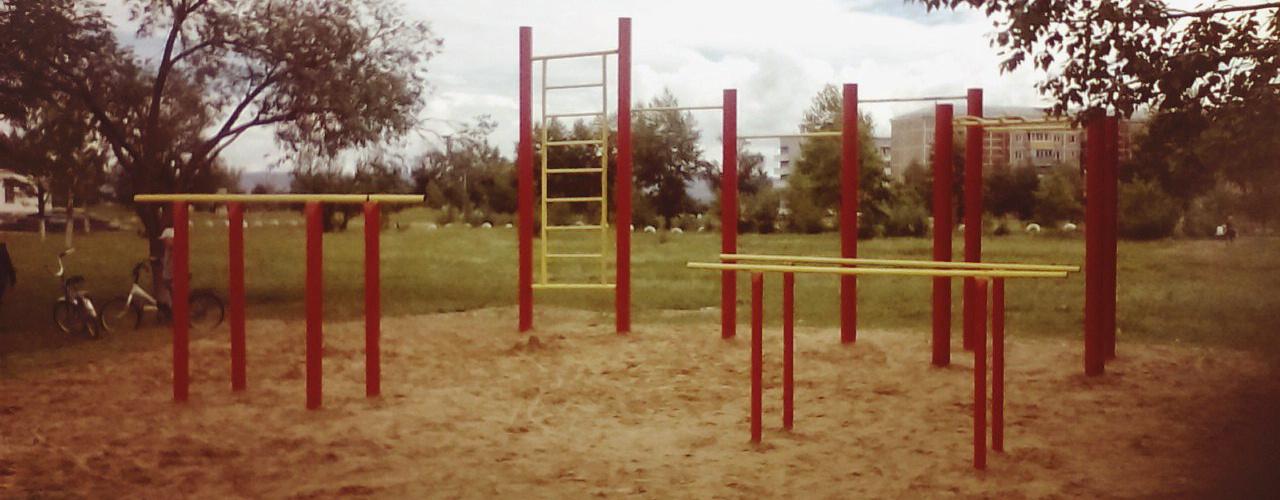 Жители Домны построили из подручных материалов площадку для воркаута